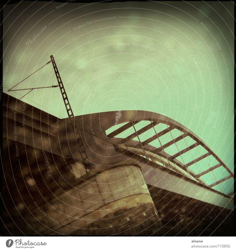 ::BRÜCKE:: Stahl Sockel Reflexion & Spiegelung kaputt Riesa Überqueren fahren grün verstrahlt Brücke Dynamik blau Elbe Eisenbahn trashig reflektion Zerstörung