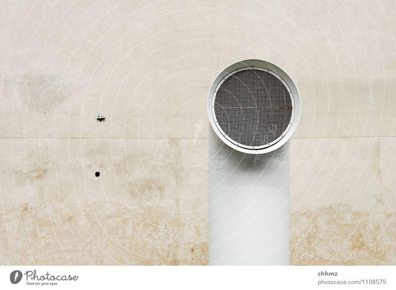 Solo Mauer Wand Fassade braun weiß Röhren Eisenrohr Abluft zuluft Belüftung verputzt Fuge dreckig Gitter Gitterrost rund Einsamkeit Farbfoto Gedeckte Farben