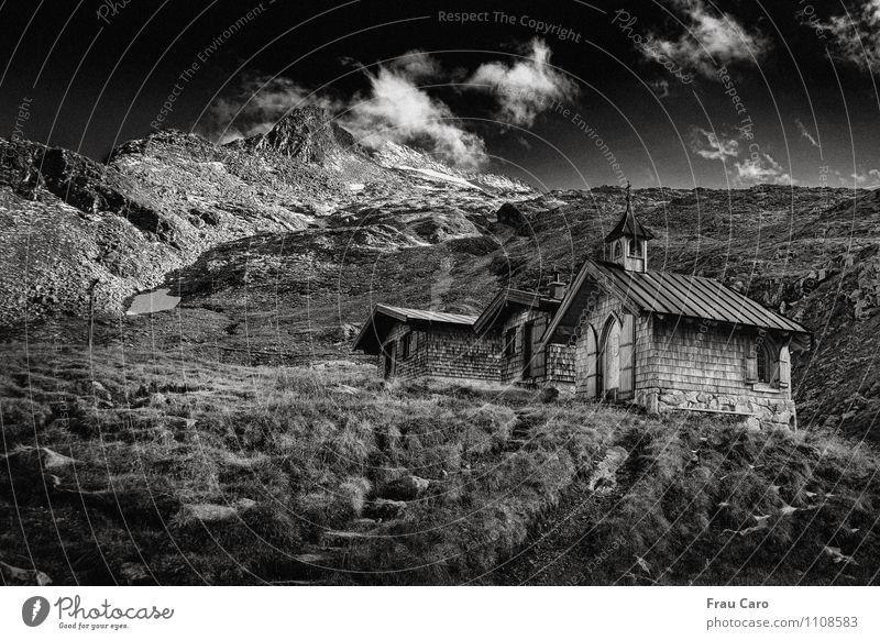 Kapelle der Neuen Fürther Hütte; Himmel Natur weiß Landschaft Wolken Haus schwarz Berge u. Gebirge Wand Herbst Wiese Gras Mauer Holz Religion & Glaube Stein