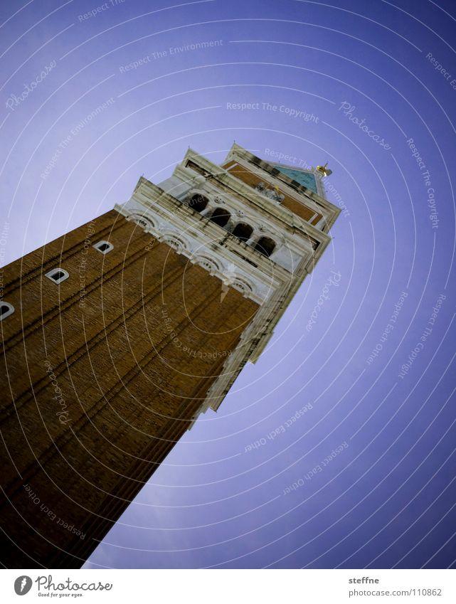 ............../ San Marco Basilica Markusplatz Venedig Italien Tourist Besucher Glocke violett historisch Wahrzeichen Denkmal Gotteshäuser Turm Glockenturm