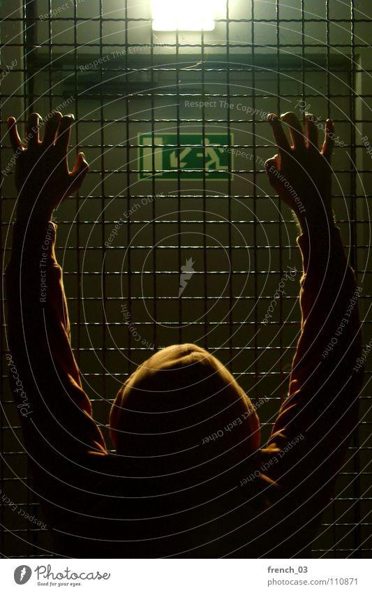 Gefangen in mir Außenseiter Gitter Käfig Kapuze Ausgang Licht Lampe Nacht Pullover Hand Studentenwohnheim Augsburg Finger Verzweiflung Schilder & Markierungen