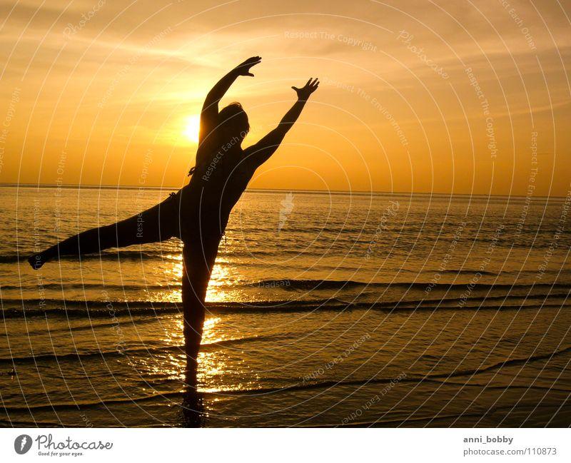 Und wenn sie tanzt... Balletttänzer Meer Wellen Strand Sonnenuntergang schön träumen Ferne Bewegung Barfuß Frau Himmel Sommer Schatten Sand Mensch fantastisch