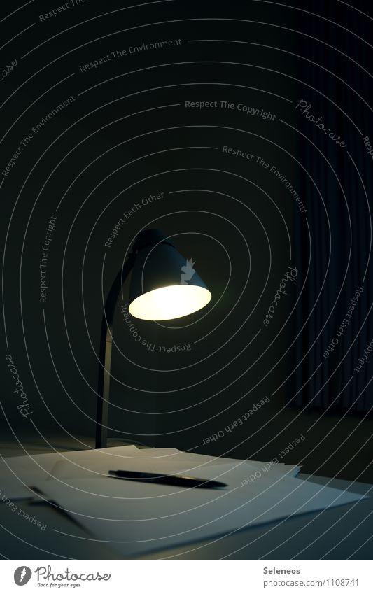 Schichtarbeit Lampe Schreibtisch Raum Schreibwaren Papier Zettel Schreibstift schreiben dunkel hell Lichtschein Lampenschirm Lampenlicht Farbfoto Innenaufnahme