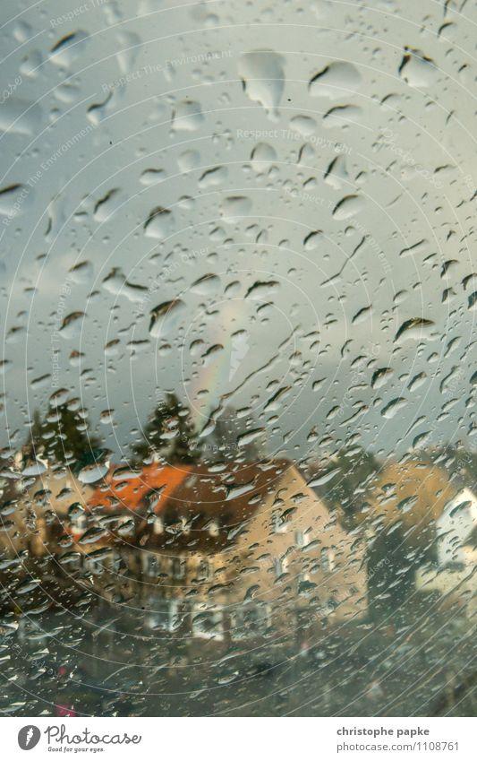it's a rainy day schlechtes Wetter Unwetter Regen Düsseldorf Stadt Haus Fenster nass Regenbogen Wassertropfen Fensterscheibe Farbfoto Gedeckte Farben