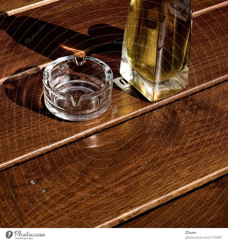 nur das nötigste Gastronomie Esstisch Holztisch Aschenbecher Becher Öl Mitte stehen Quadrat graphisch Holzstruktur glänzend Reflexion & Spiegelung gelb braun
