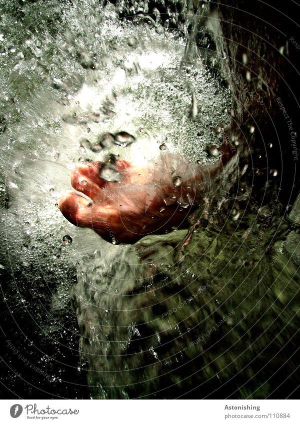 klar ist das Wasser kalt nass grau Zehen weiß Freude Klarheit Fuß Beine Haut spritzen Wassertropfen Natur Energiewirtschaft Kraft Barfuß