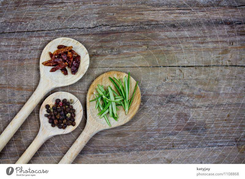 Gewürze Pfeffer Pfefferkörner Kräuter & Gewürze Rosmarin kochen & garen Küche Zutaten Kochlöffel Chili getrocknet Küchenkräuter Muskat Nuss Tisch Holztisch nah