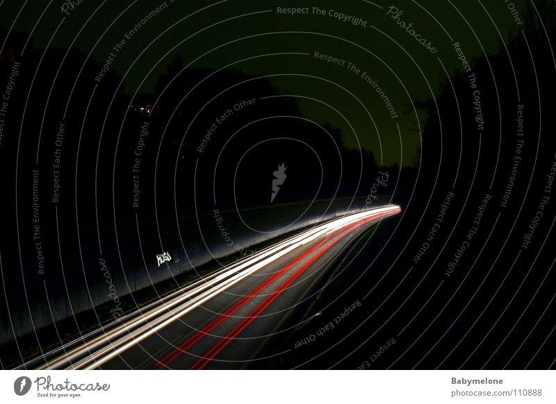 Auf der Überholspur Straße dunkel Bewegung PKW Verkehr Geschwindigkeit Rasen Spuren Autobahn Dynamik Verkehrswege Scheinwerfer Verkehrsmittel Rücklicht