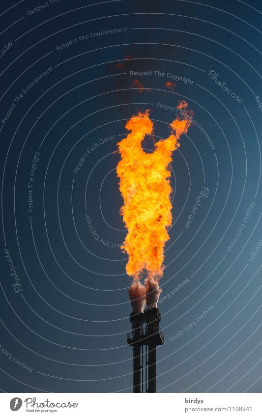Feuer und Flamme blau gelb außergewöhnlich Energiewirtschaft orange leuchten ästhetisch hoch gefährlich bedrohlich Industrie Brand Rauch Wolkenloser Himmel heiß