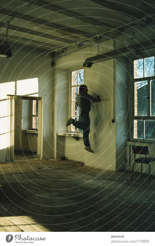 Wandläufer 2 weiß schwarz Fenster Industrie Herbst Kunst Kultur Schatten Raum Mensch rennen