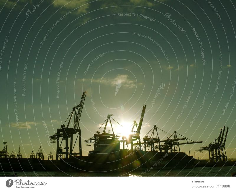 Unser kleiner Hafen [pt. 5] Hafenkran Kran Portwein Wasserfahrzeug Wolken Himmel Deutschland Sonnenuntergang Heimweh Werft Blohm + Voss grün Industriefotografie