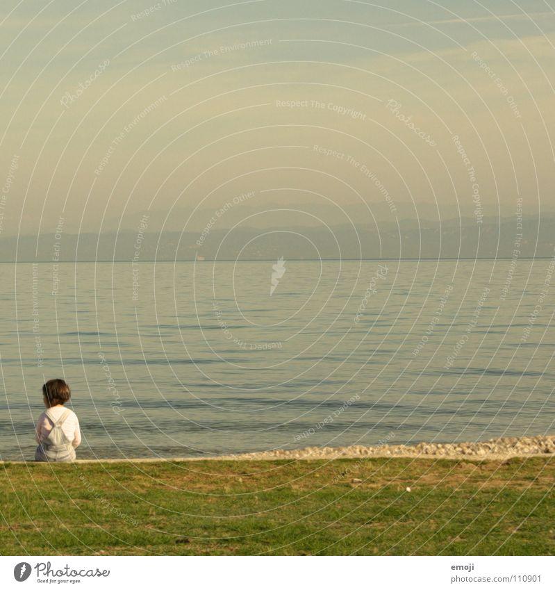sie hat sich entschieden Mädchen Meer klein süß Himmel niedlich Frühling Herbst Sommer springen Kind Wiese grün Spaziergang gehen Wellen Windstille ruhig Suche