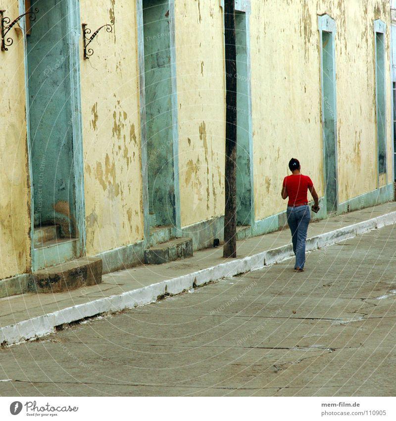walking in havana Havanna Kuba Kubaner rot Spaziergang Frau Südamerika Verkehr Straße Cuban herumtrödeln drehen schlendern spazieren gehen Jeanshose
