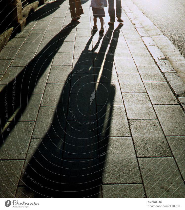 Hinterher Schattenspiel Gegenlicht Bürgersteig Familie & Verwandtschaft Schuhe vorwärts Bordsteinkante Sonnenlicht Morgen Hand in Hand verfolgen Verkehrswege