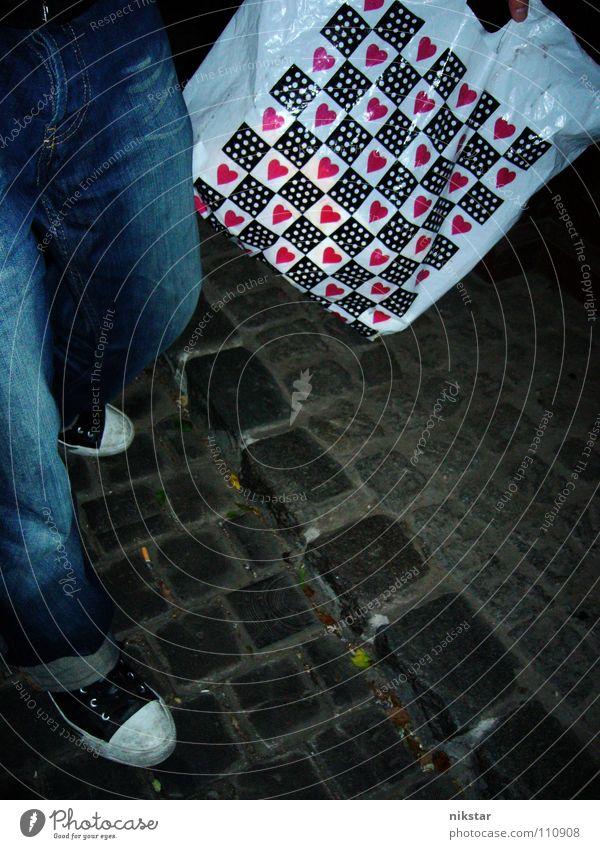 liebes pflaster Nacht Chucks Beutel kaufen Fundstück Schuhe Rock 'n' Roll Liebe Verkehrswege Herz Jeanshose Straße kopfsteinplaster ... Pflastersteine
