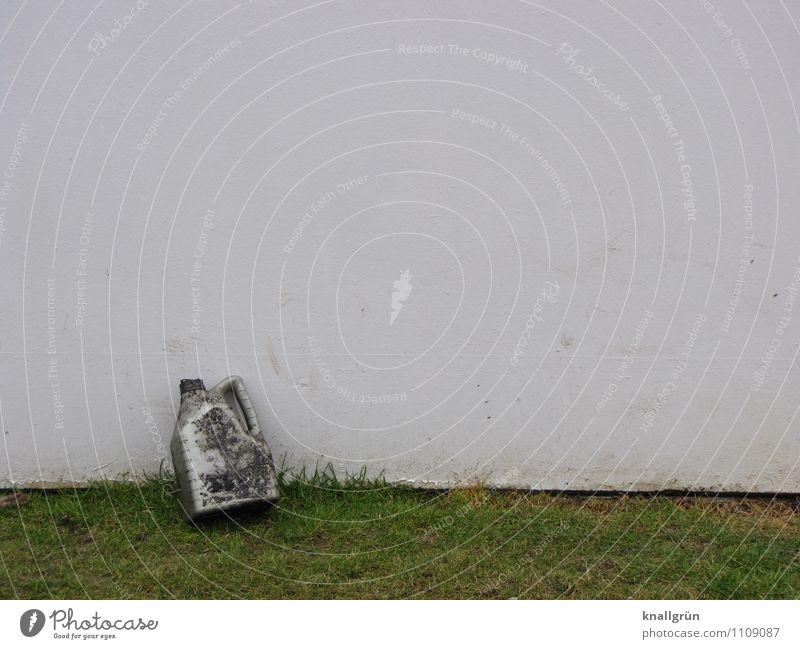 Ölwechsel...erledigt! Umwelt Erde Gras Wiese Rasen Mauer Wand Fassade Ölkanister dreckig Stadt grün silber weiß Umweltverschmutzung Umweltschutz anlehnen