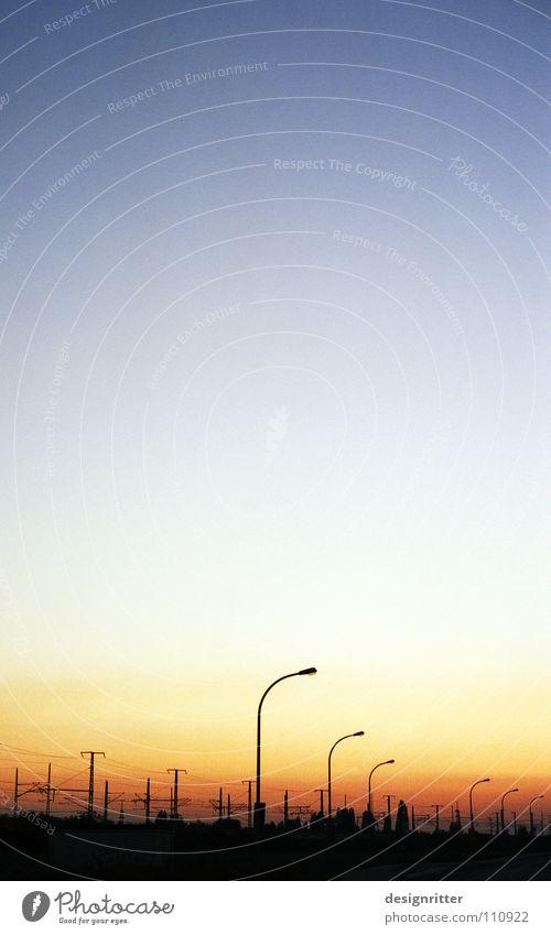 Elektromantik Himmel Sonne ruhig Straße Stimmung Eisenbahn Elektrizität Romantik Frieden Straßenbeleuchtung Abenddämmerung friedlich Oberleitung Abendsonne