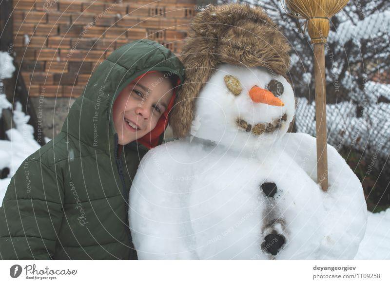 Frau Kind Natur Ferien & Urlaub & Reisen weiß Freude Winter Erwachsene Schnee Junge Gebäude Spielen Glück Kindheit Fröhlichkeit Lächeln