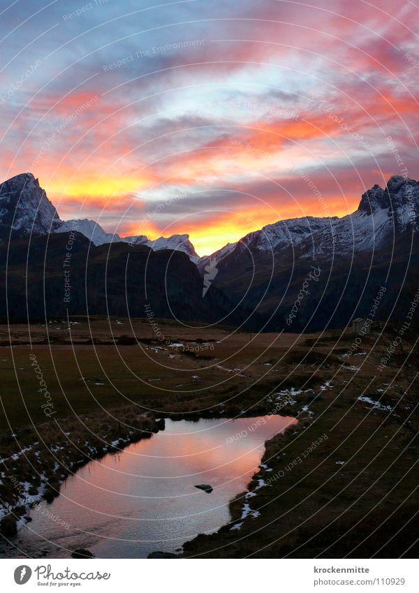 Alpenglühn Bergkette Schweiz Schneedecke Sonnenstrahlen alpin Wolken Abendsonne Kanton Graubünden schlechtes Wetter Alp Flix Wolkenhimmel rot See