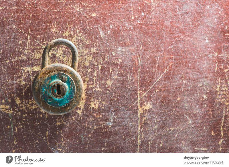 Altes Weinlesevorhängeschloß auf hölzernem Hintergrund Tür Metall Stahl Rost alt dreckig retro braun Sicherheit Schutz Geborgenheit Vorhängeschloss altehrwürdig