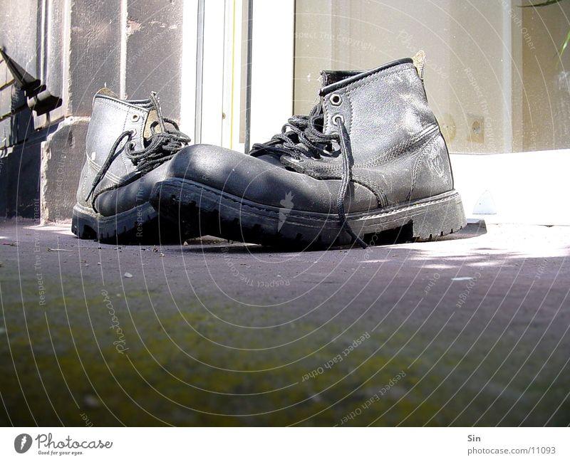 Stefans Schuhe alt dreckig Bodenbelag Dinge
