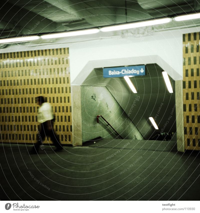 lets get lost Mensch Stadt Ferien & Urlaub & Reisen kalt Bewegung Wege & Pfade Beleuchtung Beton Station U-Bahn Richtung Bahnhof abwärts Fußgänger Wegweiser