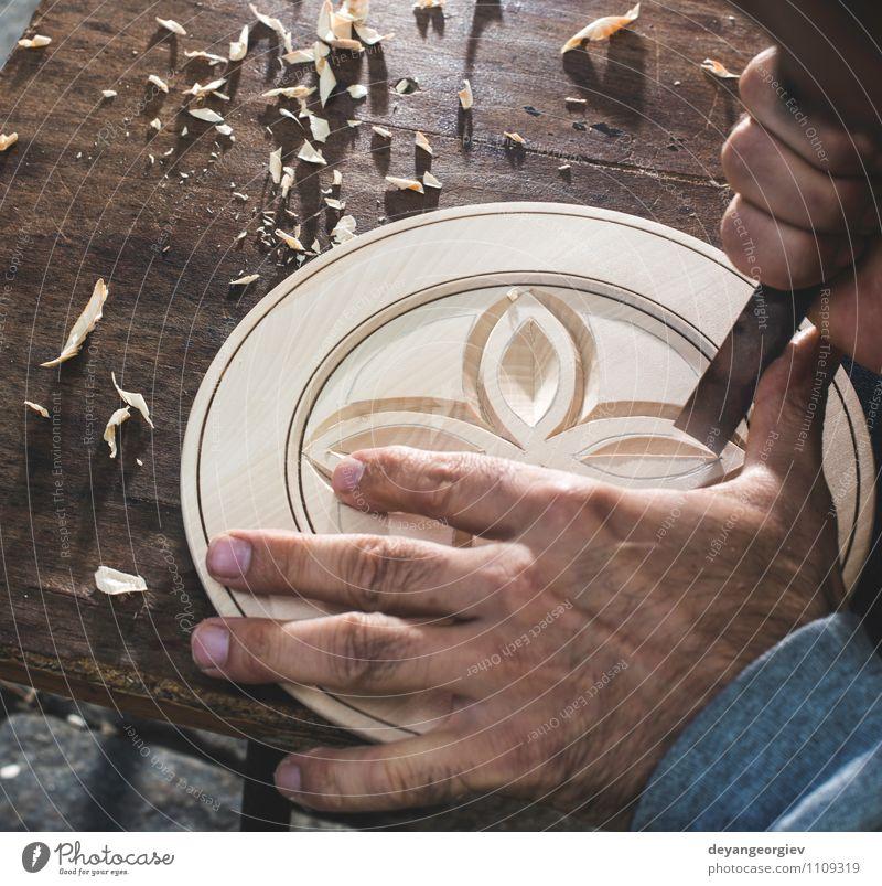 Mensch Mann alt Hand Erwachsene Holz Kunst Arbeit & Erwerbstätigkeit Dekoration & Verzierung Aktion Tradition Handwerk Werkzeug Zimmerer Heimwerker Nutzholz