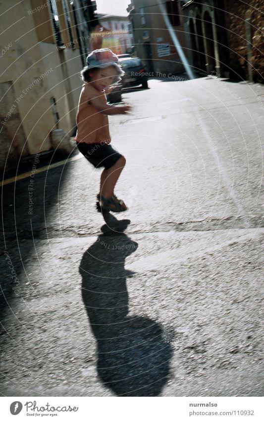 Schattenspiel Kind Natur Freude Spielen Bewegung springen frei Verkehrswege Gasse hüpfen kindlich Spielstraße