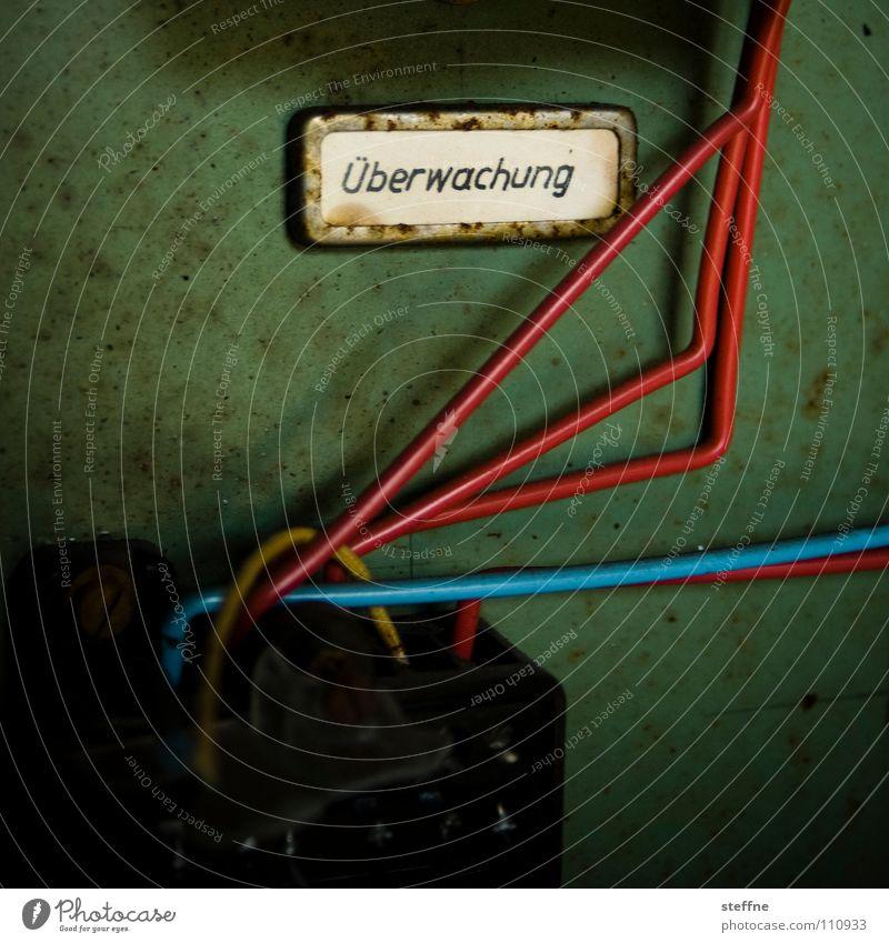Überwachungsstaat grün blau rot schwarz Angst Sicherheit Kabel Telekommunikation Frieden Fotokamera Krieg Kontrolle Draht Panik Überwachung spionieren