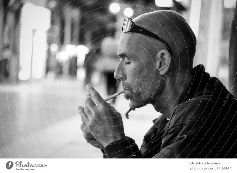 smoking man at night Gesundheit Rauchen Erholung Nachtleben ausgehen maskulin 30-45 Jahre Erwachsene Hauptstadt Glatze bedrohlich Coolness Willensstärke