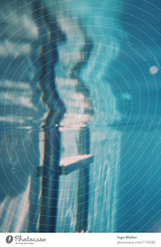 raus oder rein? Schwimmbad gehen springen Bad Sommer Sonnenstrahlen glänzend Schifffahrt Wasser swim Leiter Unterwasseraufnahme blau