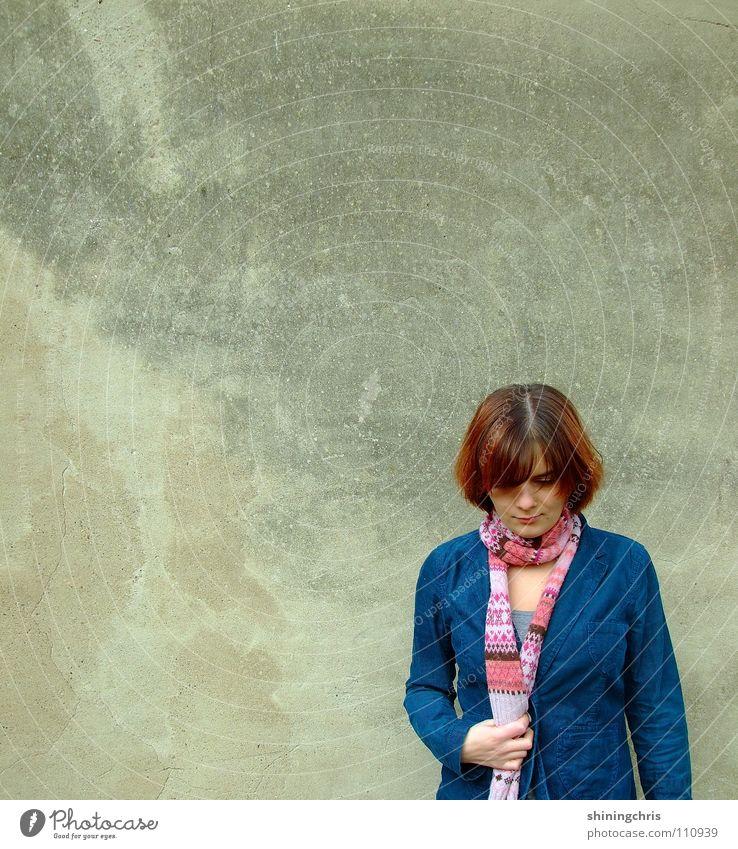 down. Frau Hand blau Wand grau Haare & Frisuren rosa Langeweile Schal geschlossene Augen