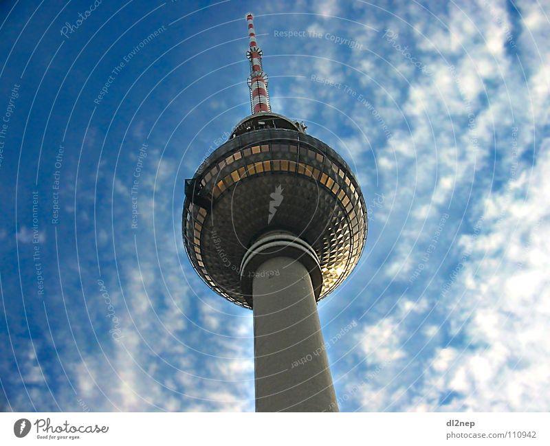 Der Sender Alexanderplatz Fernsehen Funktechnik Wahrzeichen Denkmal Fensehturm Broadcast Turm Berlin Radio Himmel