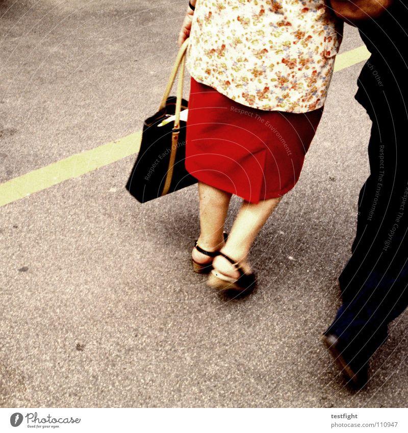 love me tender Senior Liebe Straße Paar Fuß Beine Zusammensein gehen laufen paarweise Vertrauen Tasche Markt Mensch Ehepaar unterwegs