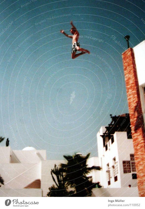 achtung ich komme Ferien & Urlaub & Reisen Sommer springen Luft verrückt Luftverkehr Dach Schwimmbad Hotel Afrika extrem Becken Marokko Bombe Ausland Waffe