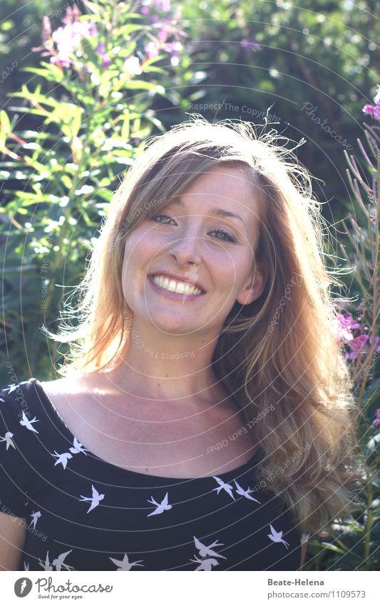 vom strahlenden Sonnenschein Natur Jugendliche schön Junge Frau Landschaft Freude Wald Gesicht Leben Glück lachen Haare & Frisuren Lifestyle Vogel Stimmung