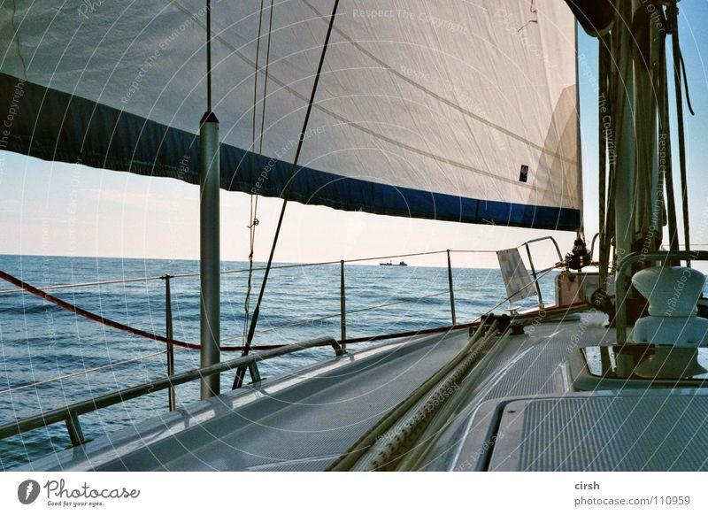 flautismus ruhig flach Segelboot Cruiser Segeln Zeit weiß Meer Fett Erholung Gelassenheit Brise analog Wassersport Sommer Windstille Schönes Wetter blau ölig