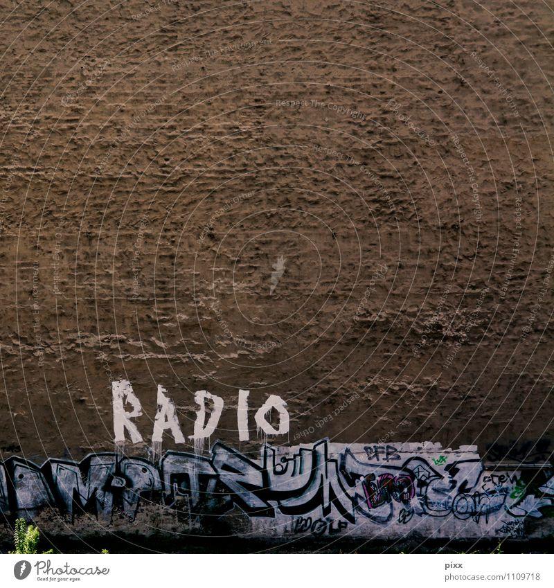 BerlinRadio Stadt alt Pflanze weiß ruhig Freude Wand Graffiti Mauer Stein braun authentisch Schriftzeichen Technik & Technologie groß
