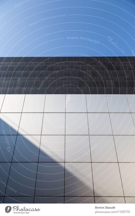 Sehr sachlich Stadt blau Sommer weiß Haus Wand Architektur Mauer Horizont Fassade Business Zufriedenheit Ordnung modern Perspektive ästhetisch