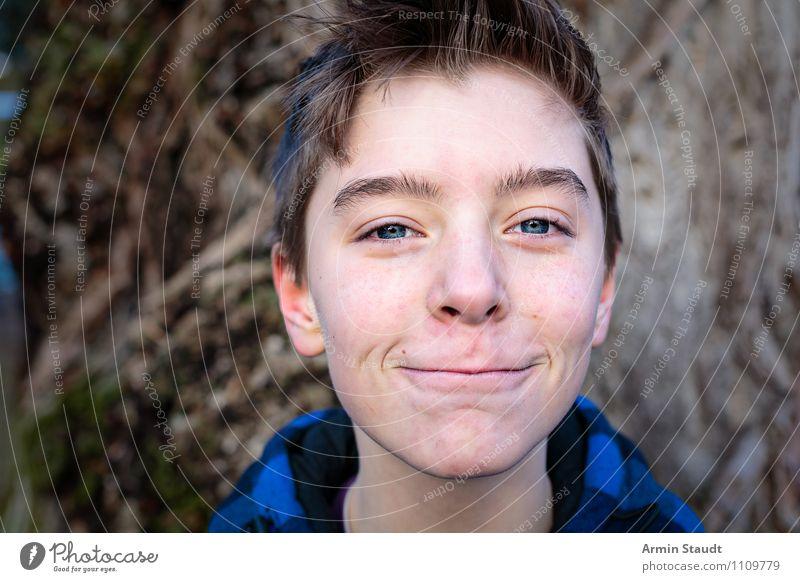 Porträt vor Baum III Mensch Kind Natur Jugendliche blau schön Junger Mann Freude Winter Gefühle Lifestyle maskulin Zufriedenheit 13-18 Jahre Fröhlichkeit