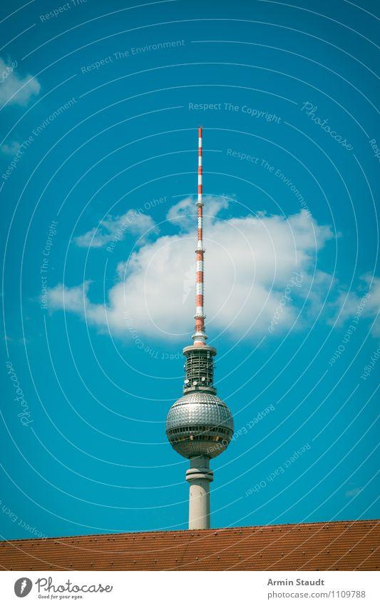 Berliner Fernsehturm hinter Dach Himmel Ferien & Urlaub & Reisen Stadt blau Sommer rot Haus außergewöhnlich Stimmung Design Tourismus hoch groß