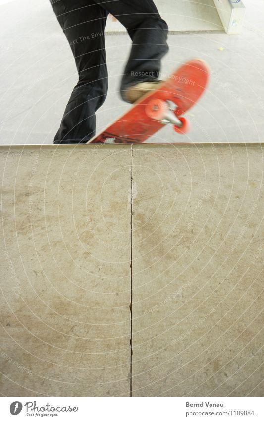 kick-turn Sport Skateboard Skateboarding hell braun grau rot schwarz Bewegung quarterpipe Halfpipe Rolle Achse kickturn coping Fuß Schuhe Beton Farbfoto