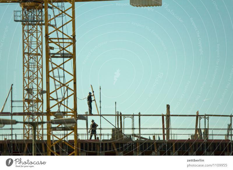 Baustelle again Himmel Stadt Berlin Arbeit & Erwerbstätigkeit Stadtleben Textfreiraum Turm Wolkenloser Himmel Kran Bauarbeiter Baugerüst Arbeiter Gerüst Montage