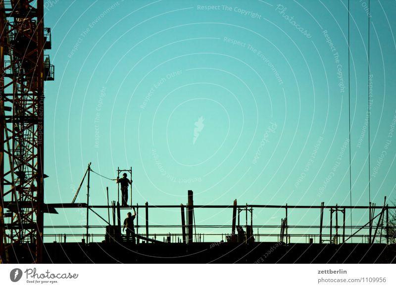Bau auf, bau auf... Himmel Stadt Berlin Arbeit & Erwerbstätigkeit Stadtleben Textfreiraum Baustelle Turm Wolkenloser Himmel Kran Bauarbeiter Baugerüst Arbeiter