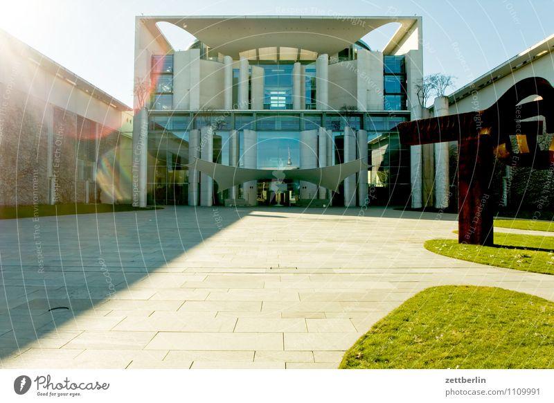 Bundesbau Berlin Hauptstadt Stadt Stadtleben Bundeskanzler Amt Regierung Regierungssitz Tiergarten Spreebogen Architektur modern Himmel Sonne blenden Gegenlicht