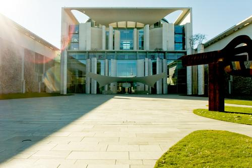 Bundesbau Himmel Stadt Sonne Architektur Gras Berlin Stadtleben modern Beton Textfreiraum Rasen Zaun Hauptstadt Gegend blenden Regierung