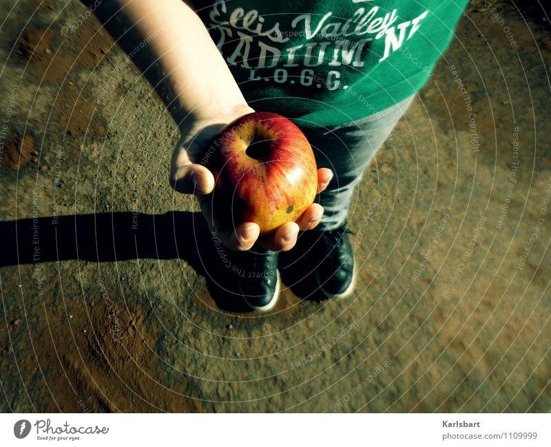Saurer Apfel Mensch Kind Jugendliche Hand Essen Junge Gesundheit Lifestyle Lebensmittel maskulin 13-18 Jahre Kindheit Schuhe Ernährung lernen festhalten