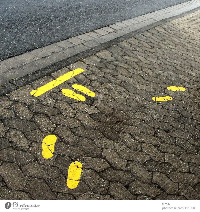 Strich durch die Rechnung gelb Straße Stein Fuß Graffiti warten Schilder & Markierungen Asphalt stoppen Hinweisschild Kontrolle Respekt Warnhinweis Aufenthalt