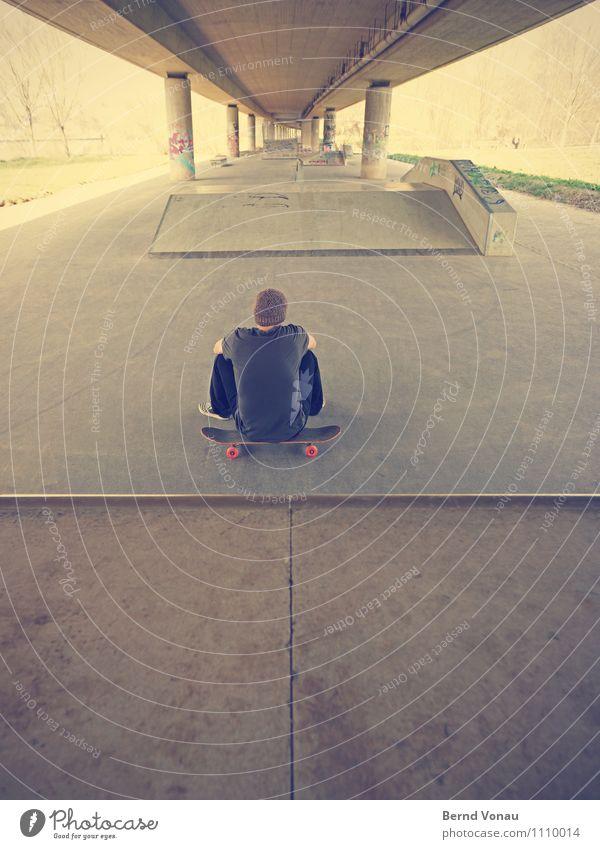 flucht• Sport Skateboard Skateboarding Skateplatz Extremsport 1 Mensch 45-60 Jahre Erwachsene hell braun grau schwarz Pause sitzen ruhen einzeln Einsamkeit