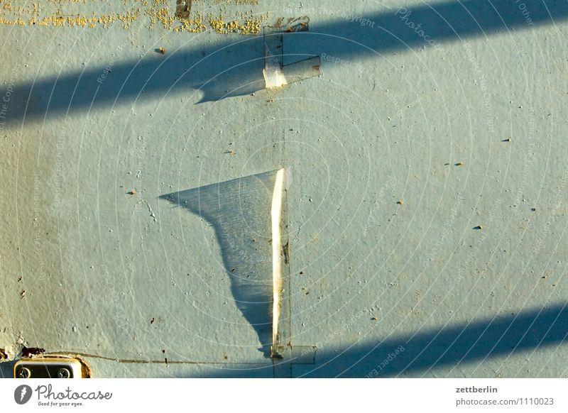 Zettel (abgerissen) Stadt Wand Tür Metall Streifen Streiflicht Licht Fetzen Papier Etikett kaputt Kommunizieren Schatten Folie durchsichtig Information
